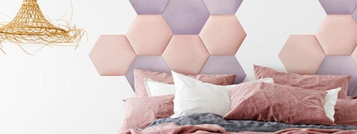 Romantyczna sypialnia z panelami tapicerowanymi w roli głównej