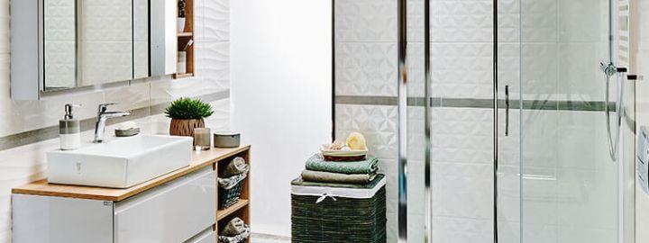 Biała łazienka z kabiną walk-in