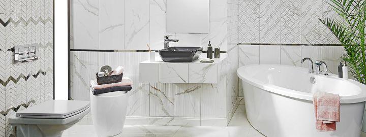 Duża łazienka z mozaiką w jodełkę