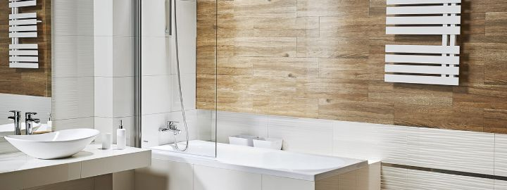 Łazienka z płytkami imitującymi drewno