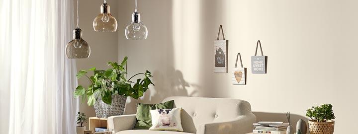 Lampy z barwionego szkła do skandynawskiego salonu