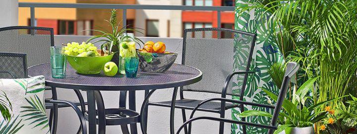 Tropikalny balkon w miejskim otoczeniu