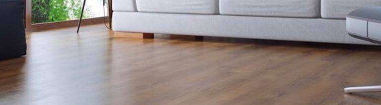 Panele podłogowe czy deska w salonie?