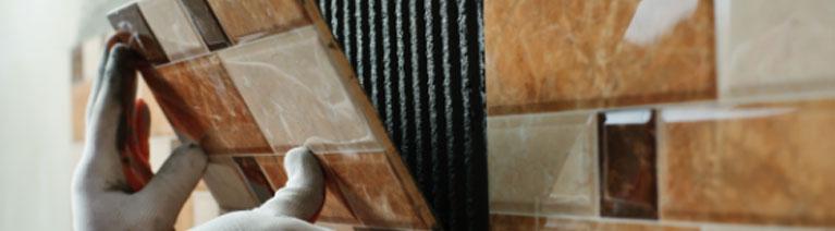 Jak dobrać klej do rodzaju płytek łazienkowych?