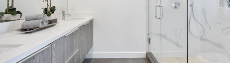 Wanna czy prysznic – jak wybrać wyposażenie do dużej łazienki?