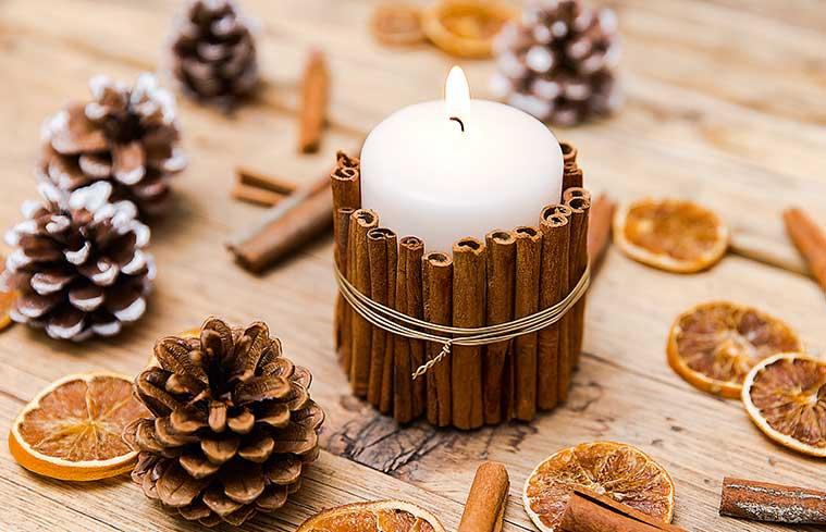 Ozdobna świeca z dekoracją z cynamonu