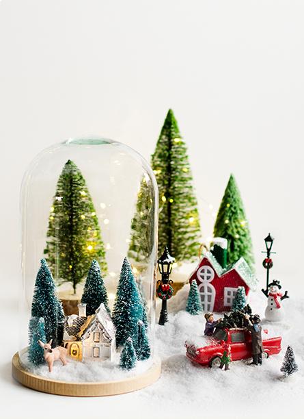 Choinka z ozdobami świątecznymi i prezentami