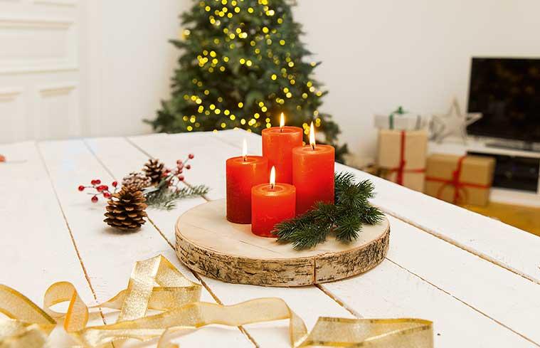 Czerwone świece i stroik adwentowy z choinką